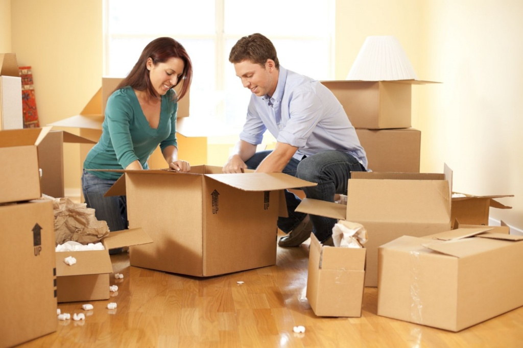 Couple-moving-house1